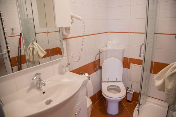 baie in apartament cu 3 dormotoare Mamaia
