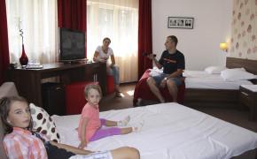 Camerele 14 si 24 din cadrul Vilei Evergreen sunt de tip family , special concepute sa permita cazarea pentru familiile cu 2 copii.